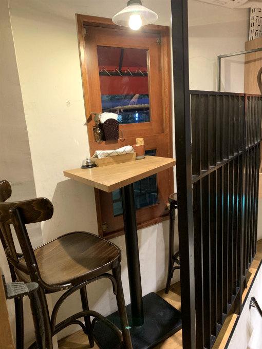 階段の脇にも2人掛けの席が、さらに奥にも席があって、狭い店内を工夫してお席を作っています。