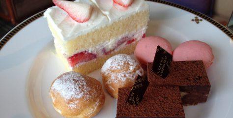 帝国ホテルのアフタヌーンティー、ケーキスタンドに乗ったお菓子やスコーンの写真