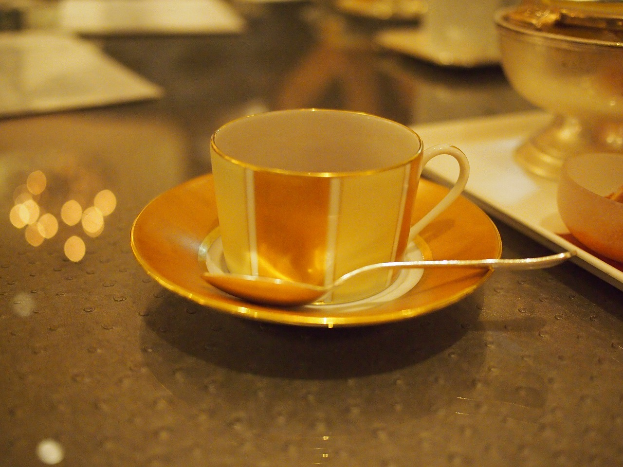 こちらは以前アフタヌーンティーでも使われていたアビランドのティーカップ