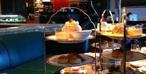 東陽町ホテルイースト21のアフタヌーンティーの写真。ケーキスタンドにサンドイッチやスコーンが並べられている様子