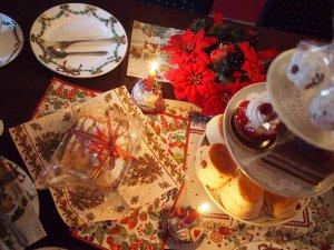 ファブリックや紙ナプキンなどもクリスマス柄でそろえました。