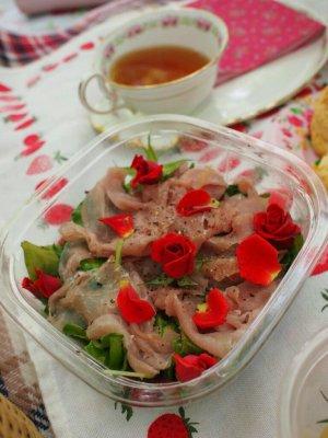 サラダは素敵女子のMちゃんの担当。食用のバラを飾ってくれました!ほかにもスティックサラダと手作りのディップも持ってきてくれました!