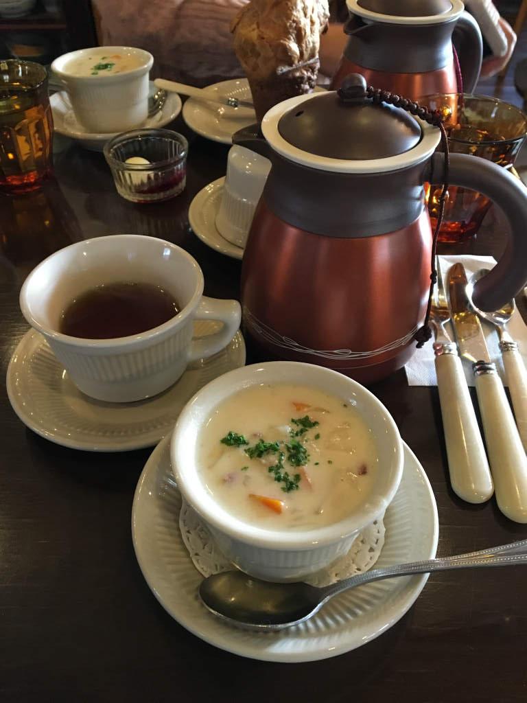 紅茶はティーハウスTAKANOのセイロンティー。ミルクティーにするのがおすすめです。