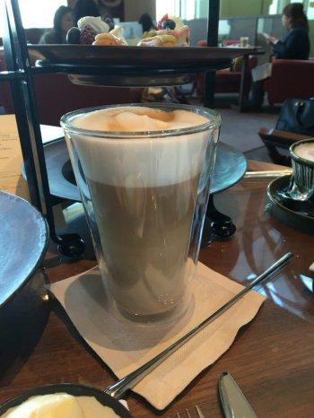 カフェラテはこのようなガラスのカップでたっぷりサーブされます。
