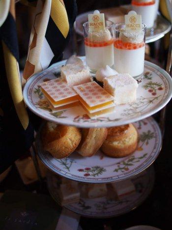 HACCIアフタヌーンティーのケーキスタンド。HACCIのスカーフが飾られていました。
