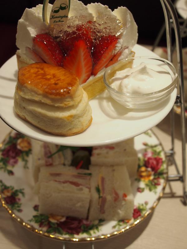 ケンジントンティールームのアフタヌーンティーセットは2段のケーキスタンドでの提供。