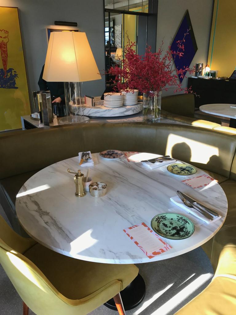 アフタヌーンティーのテーブルセッティング。可愛らしい丸いベンチシートは居心地もよかったです。