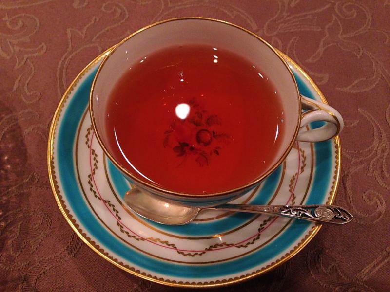 ブルーのティーカップに入った紅茶