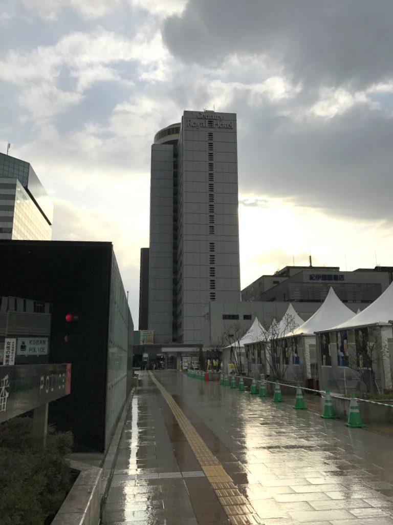 センチュリーロイヤルホテルは札幌駅南口を出て、すぐ右手にあります。