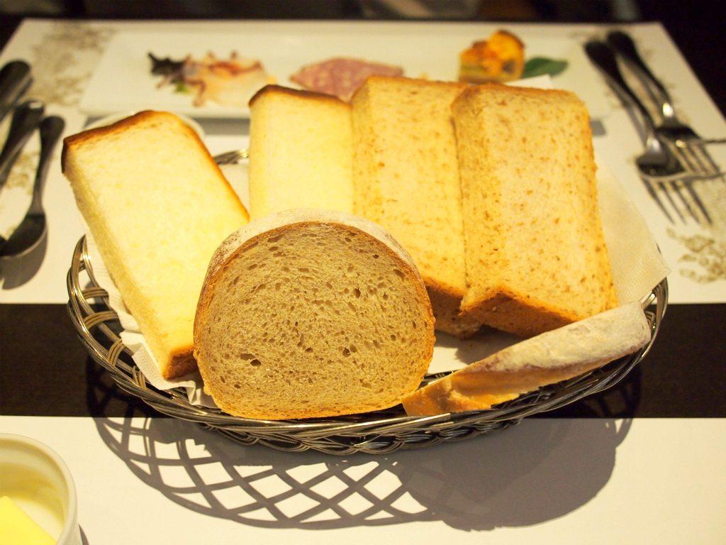 こちらはセットのパン2人分。3種類もありました。