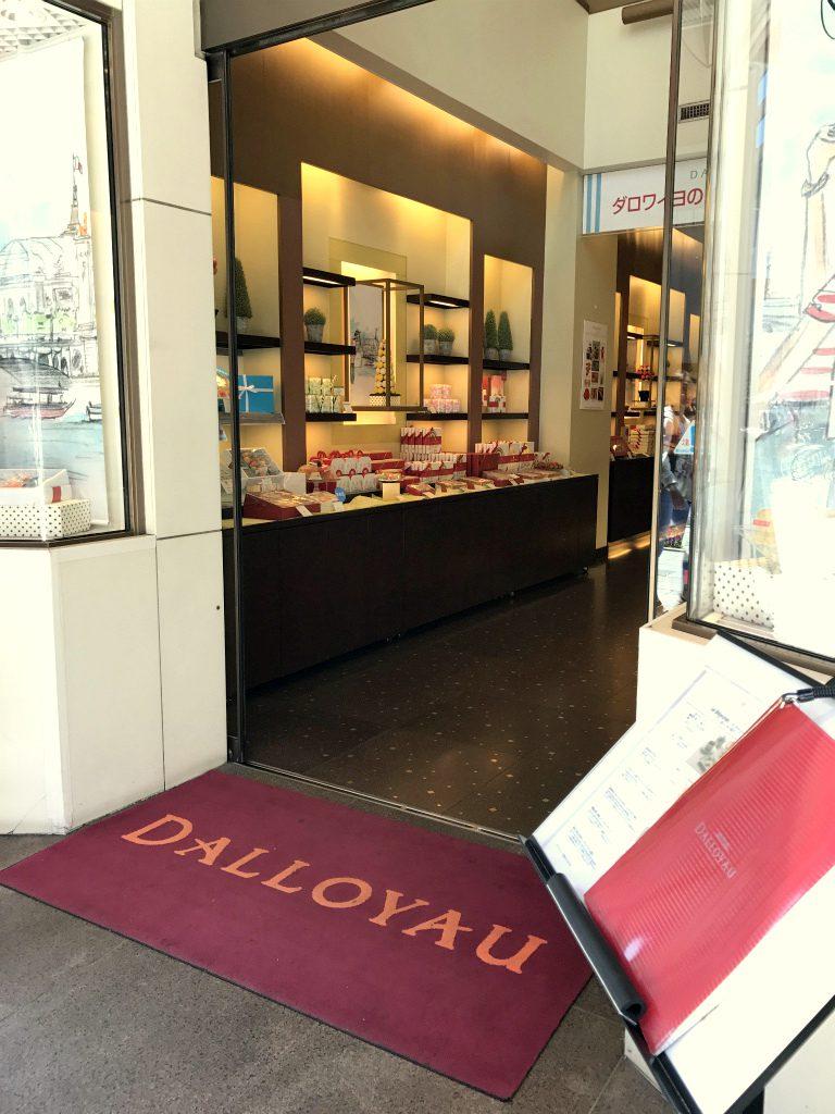 ダロワイヨ銀座本店の入り口。ブティックの奥に階段があって、その上がサロン・ド・テです。
