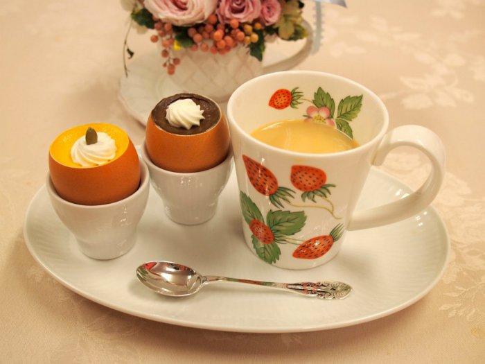 ティーカップはウェッジウッドのワイルドストロベリー50周年記念で限定発売されていたワイルドストロベリープティの子供用マグカップ。エッグスタンドとお皿はロイヤルコペンハーゲンです。