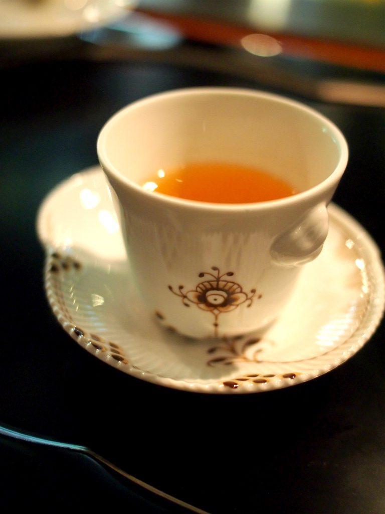 お食事〆のお茶。ロイヤルコペンハーゲンの可愛い茶器でした。