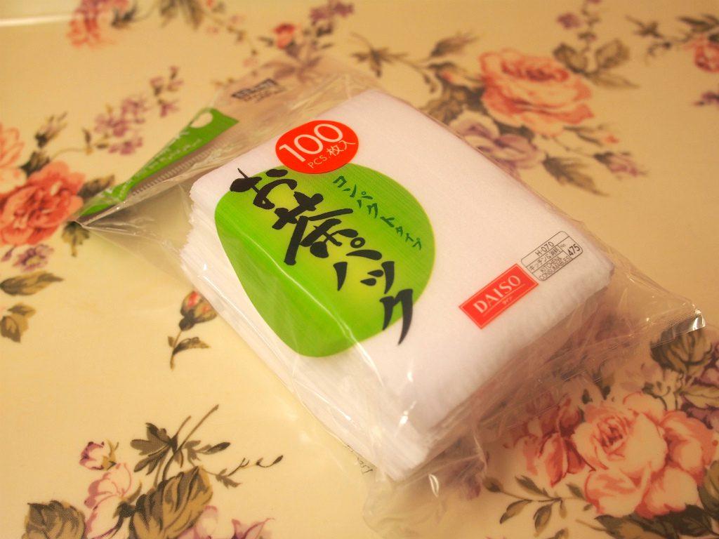 茶こしが付いていない容器を使うときには、茶葉をお茶パックに入れてから容器に入れると便利です。 お茶パックはスーパーや100円ショップで売っています。こちらはダイソーで購入したお茶パックです。