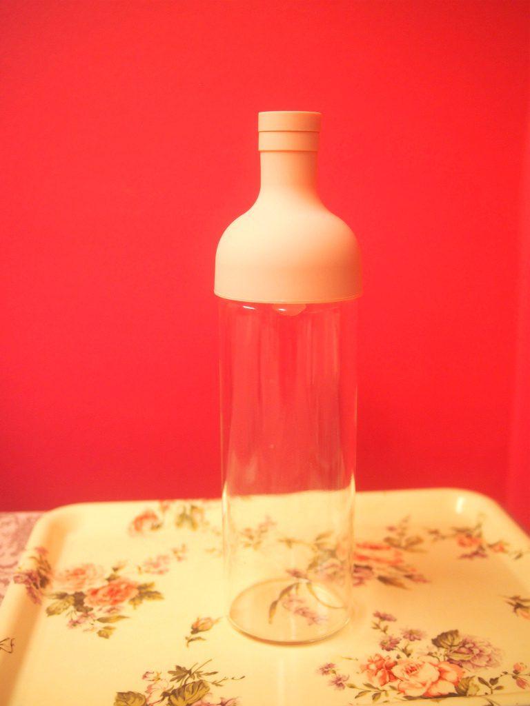 ハリオフィルターインボトル。こちらは限定色のペールピンクです。