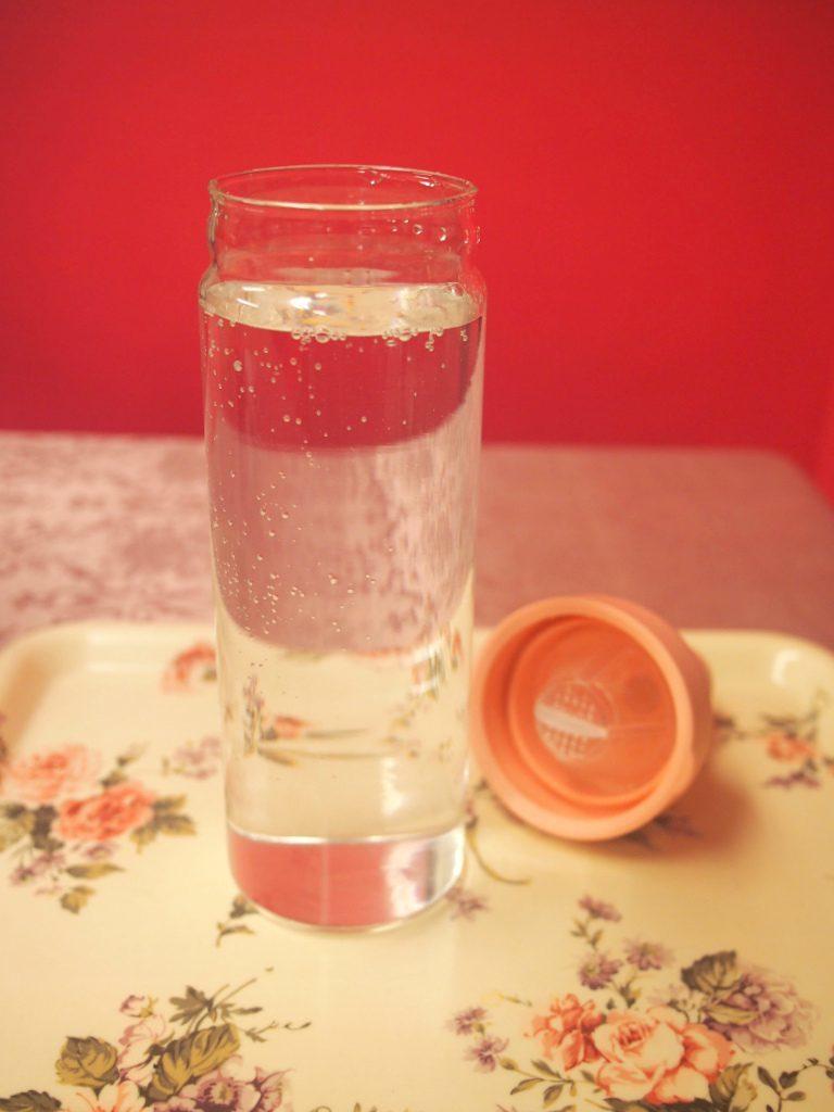 (1)容器に水を入れる 先に茶葉を入れてもOKなんだけど、先にお水を入れたほうが分量が分かりやすいので、先にお水を入れることをおすすめします。