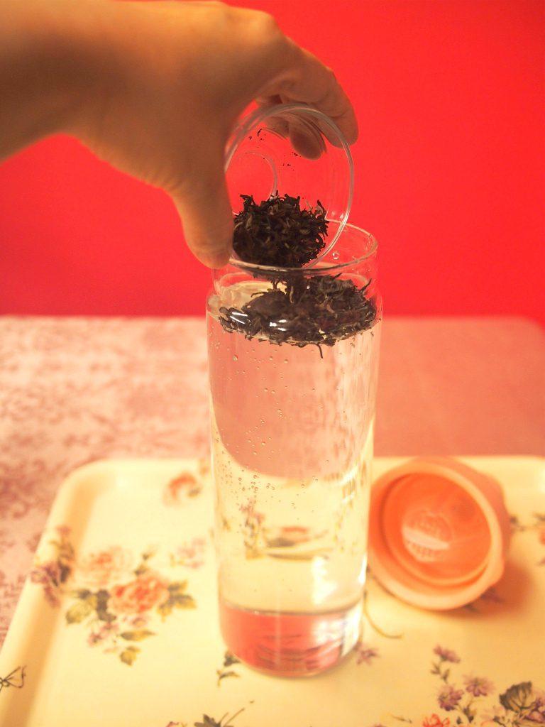 (2)容器に茶葉を入れる 今回は800mlの容器だったので、8gの茶葉を入れました。
