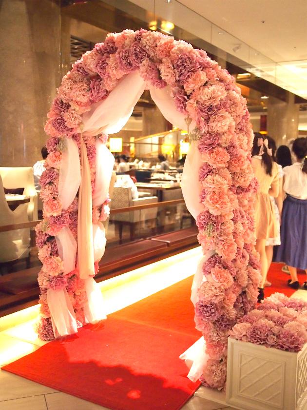「マリー・アントワネットの結婚」デザートブッフェ会場の入り口にある薔薇のアーチ
