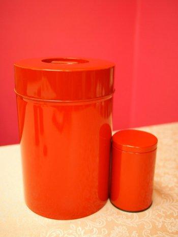 こんなに大きな缶もあります。右側の小さい缶は150g用の紅茶缶です。