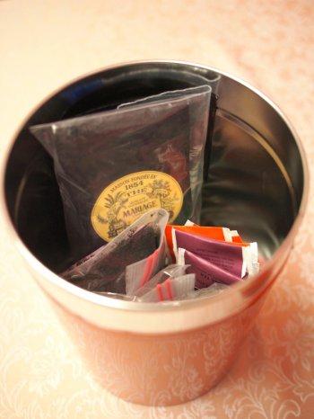 大きな缶は余った茶葉やティーバッグを入れておくのに便利です。