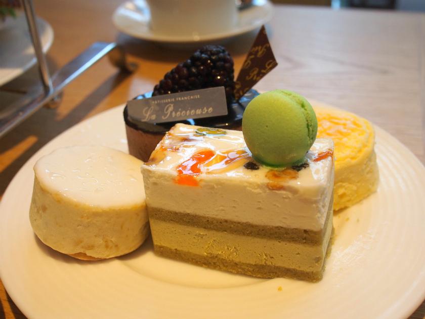 ケーキは2人分で4種類。その日のケーキの中からランダムに選ばれたものが並びます。