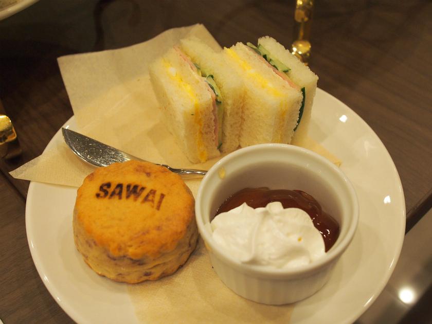 SAWAIティーセットの下段。サンドウィッチとスコーンです。器に入っているのはスコーン用の生クリームとジャム。