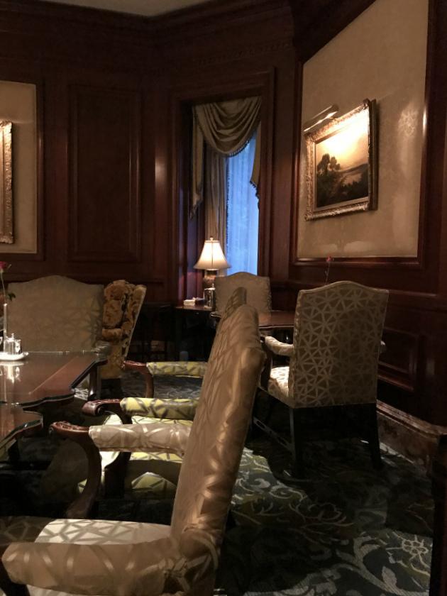いたるところに絵画が飾られていて、貴族のお屋敷のような雰囲気