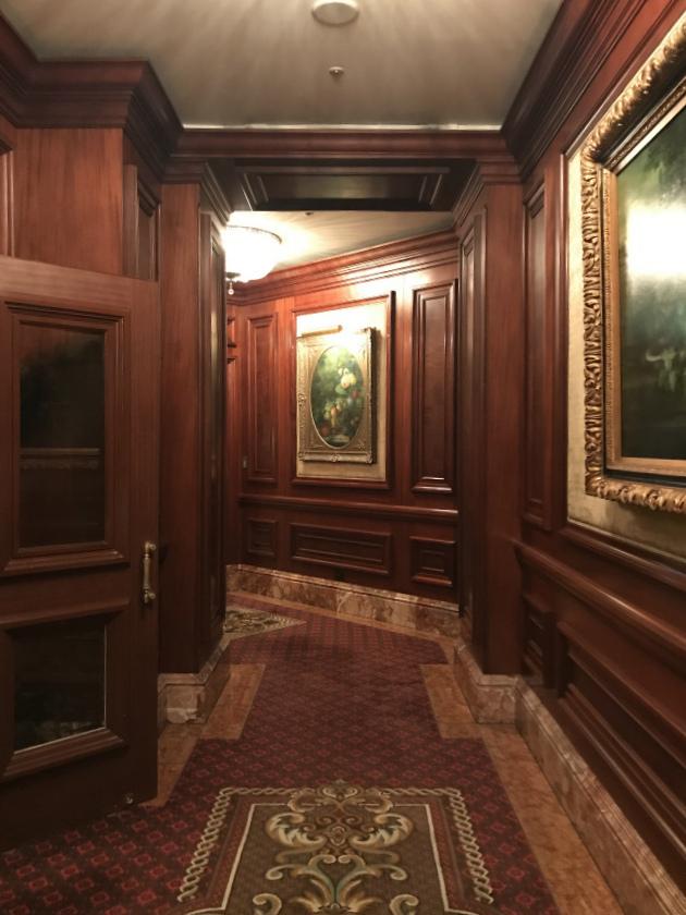 ホテルの廊下にも絵画がたくさん飾られていました。