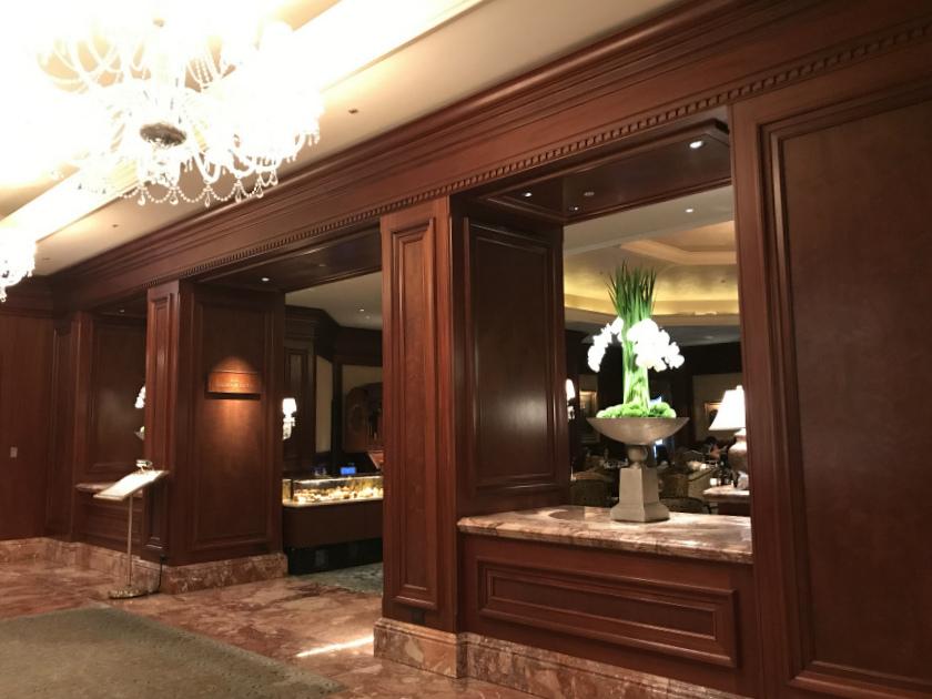 ザ・リッツ・カールトン大阪 ザ・ロビーラウンジのエントランス。大阪のリッツカールトンはとても重厚な雰囲気のホテルでした。