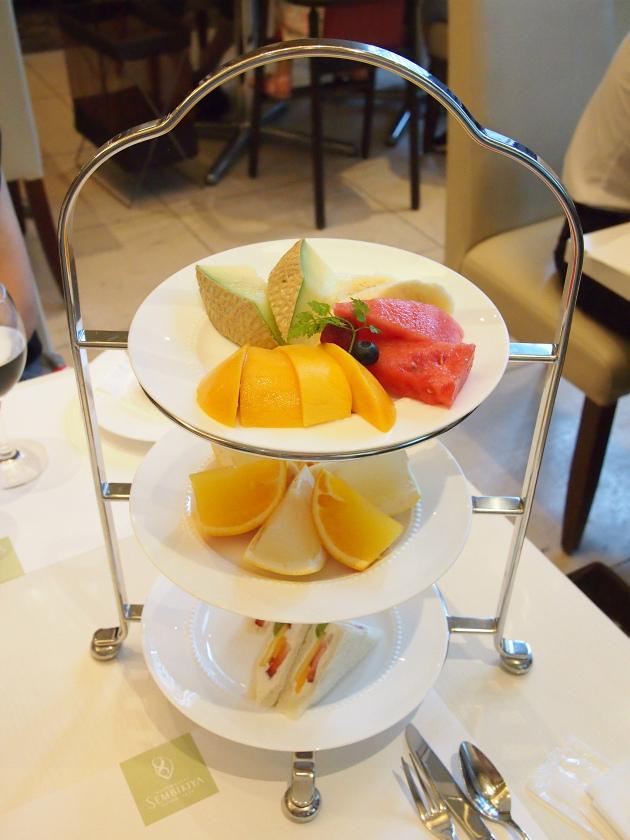 千疋屋総本店 フルーツフルアフタヌーンティー 1人分のケーキスタンド