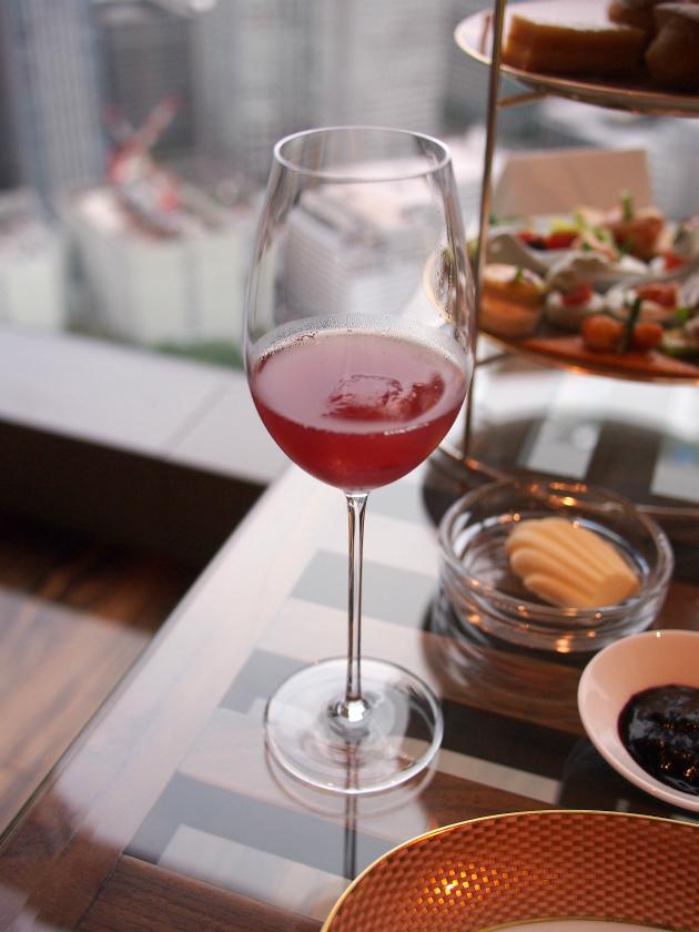こちらは一休 の特典のウェルカムドリンク。この日はざくろとグレープフルーツのノンアルコールカクテルでした。