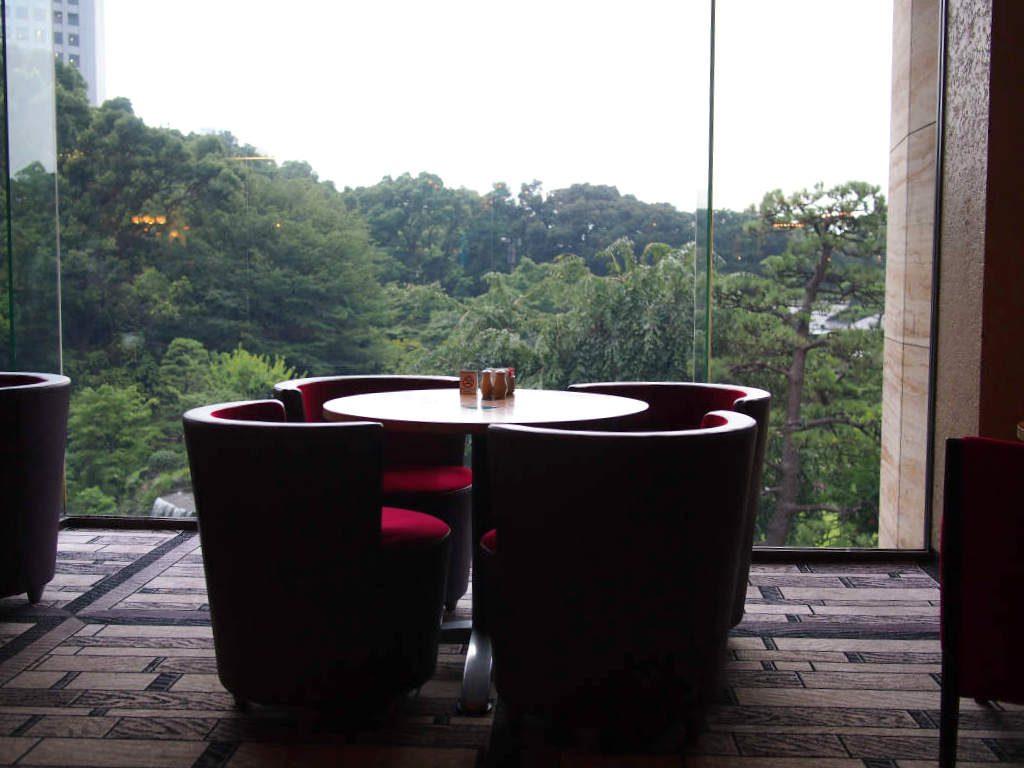 こちらは元彦根藩の日本庭園が見渡せるガーデンラウンジの特等席。