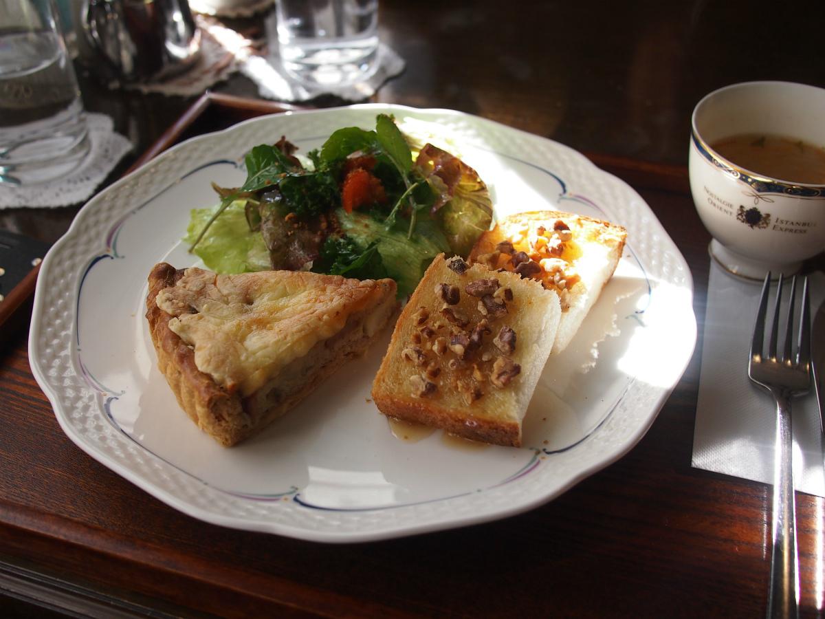 こちらは野菜とソーセージのキッシュ、はちみつとくるみのトースト、サラダ、スープに飲み物がセットになったキッシュプレートセット(1,030円)