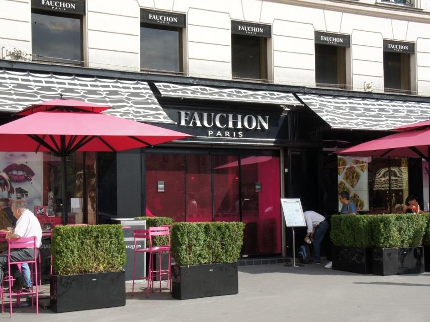 こちらはパリのマドレーヌ寺院のそばにあるフォションのカフェ。ね、雰囲気が似ていますよね!