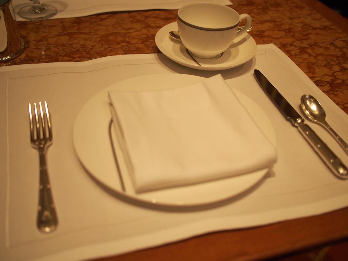取り皿とティーカップはビレロイ&ボッホ。ペニンシュラのオリジナルなのでPの文字がデザインされています。