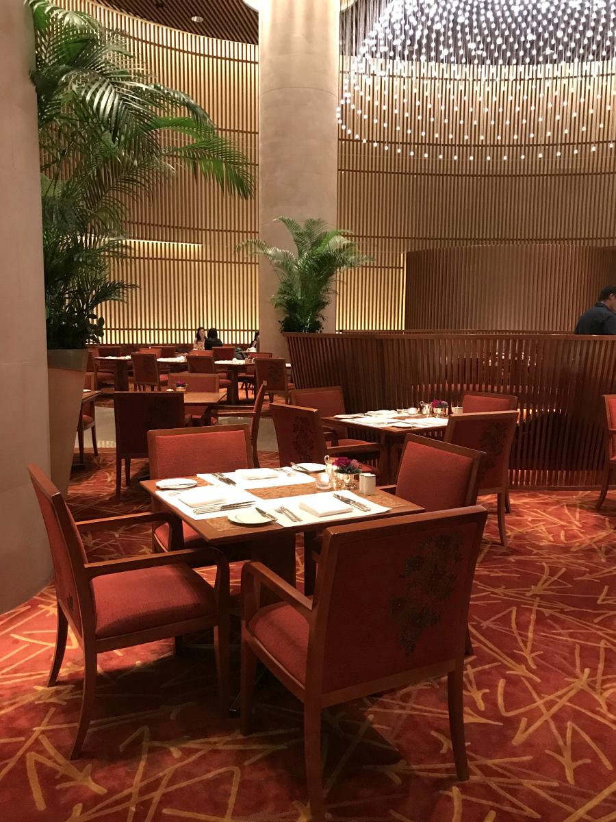 ザ・ペニンシュラ東京「ザ・ロビー」の内装。絨毯や椅子などのモチーフは和っぽいものが多いです。