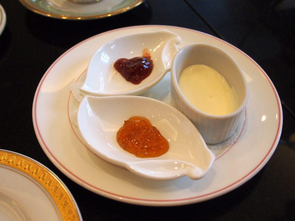 スコーンのスプレッドはクロテッドクリーム、ストロベリージャム、アプリコットジャム