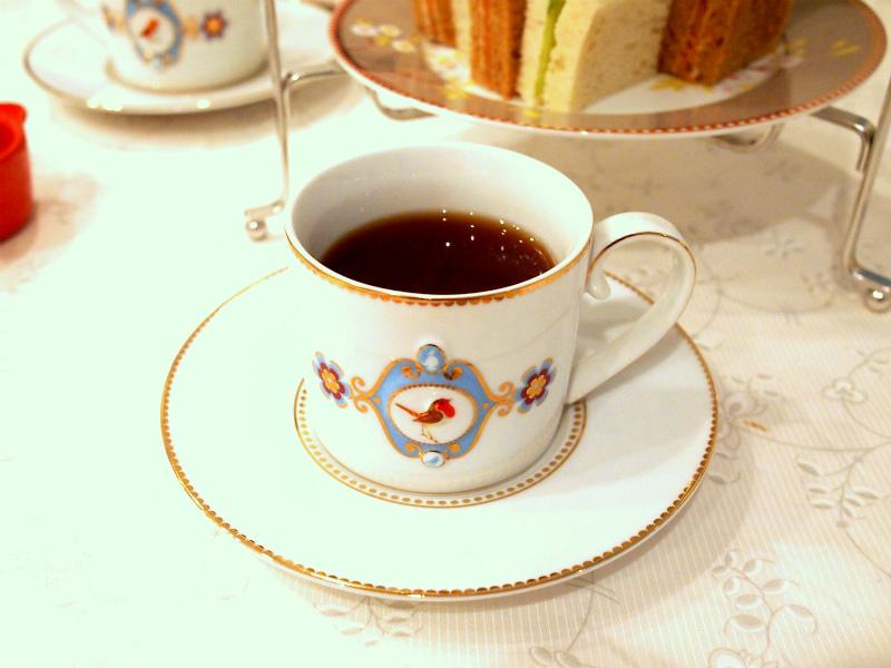 アールグレイの紅茶が入ったティーカップの画像