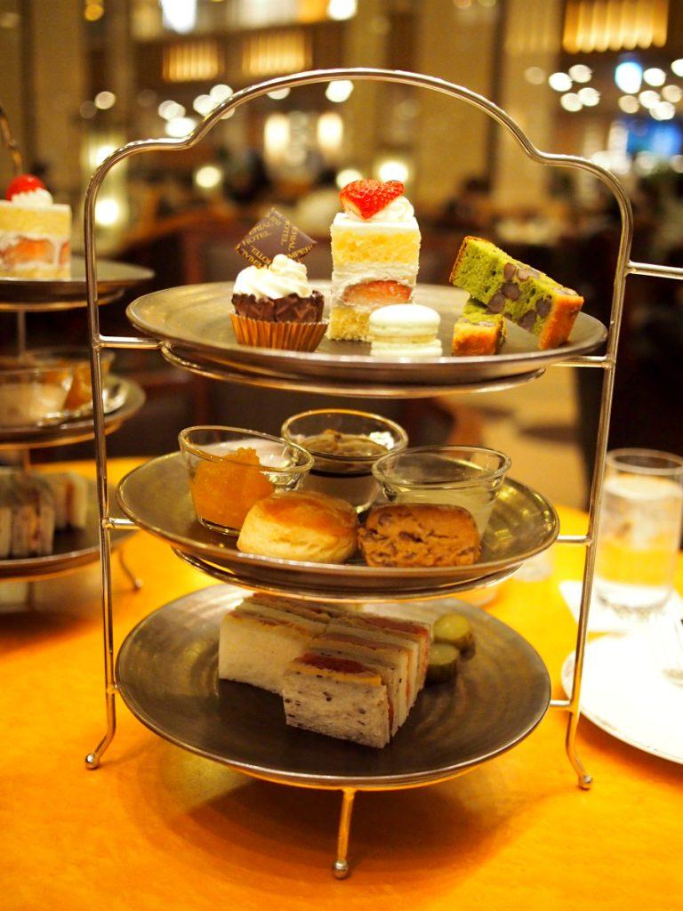 こちらは帝国ホテル「ランデブーラウンジ」のアフタヌーンティー1人分のケーキスタンドです。