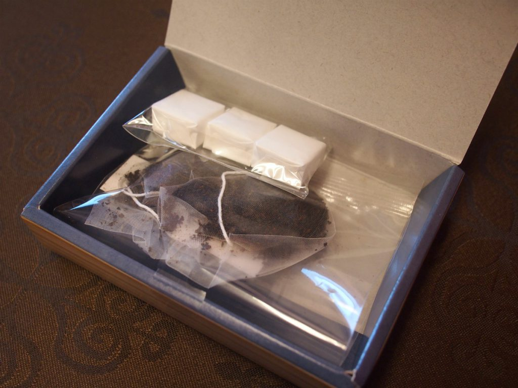 ティーバッグに角砂糖がセットされているのは珍しいです。