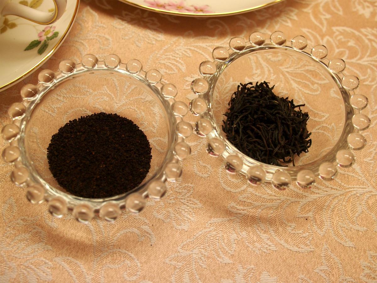 左が良く見かけるBOPタイプのディンブラ、右がパレデテのディンブラ。茶葉の大きさがまったく違います。