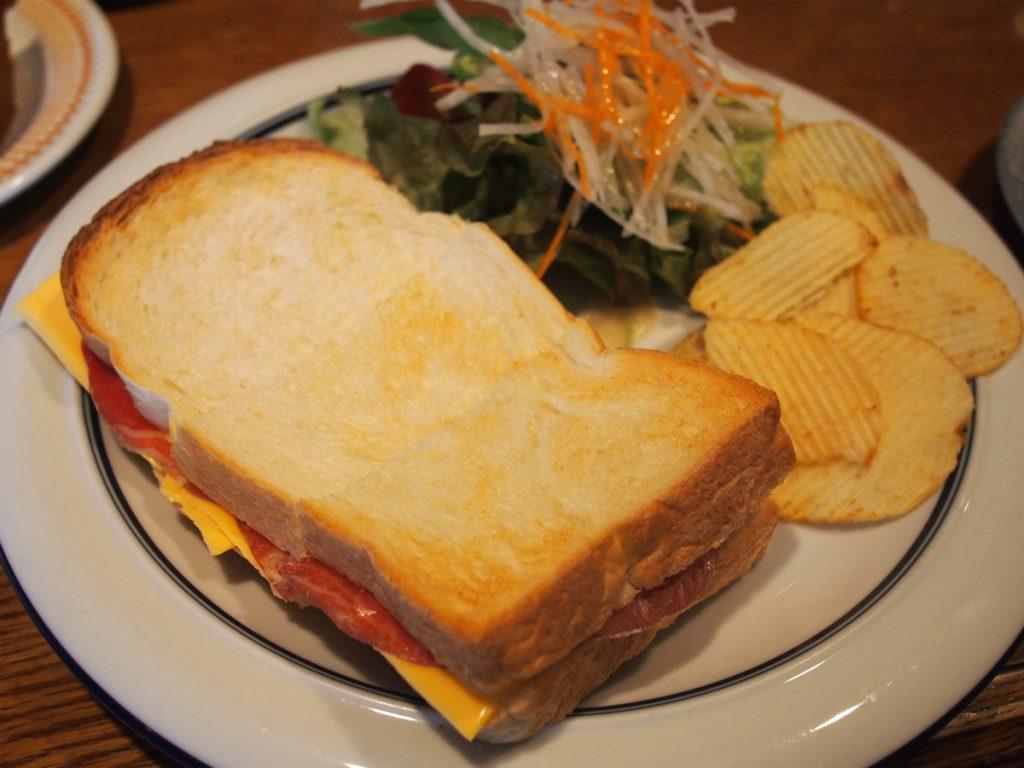 生ハムとチェダーチーズのサンドイッチ