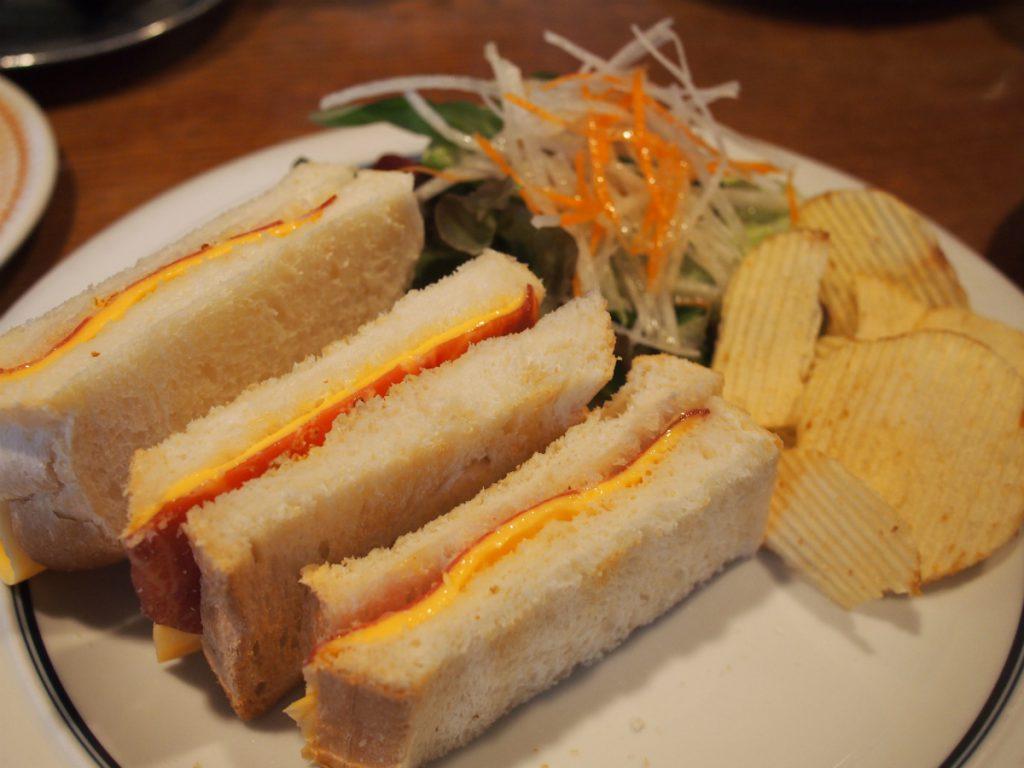 生ハムとチェダーチーズのサンドイッチ断面