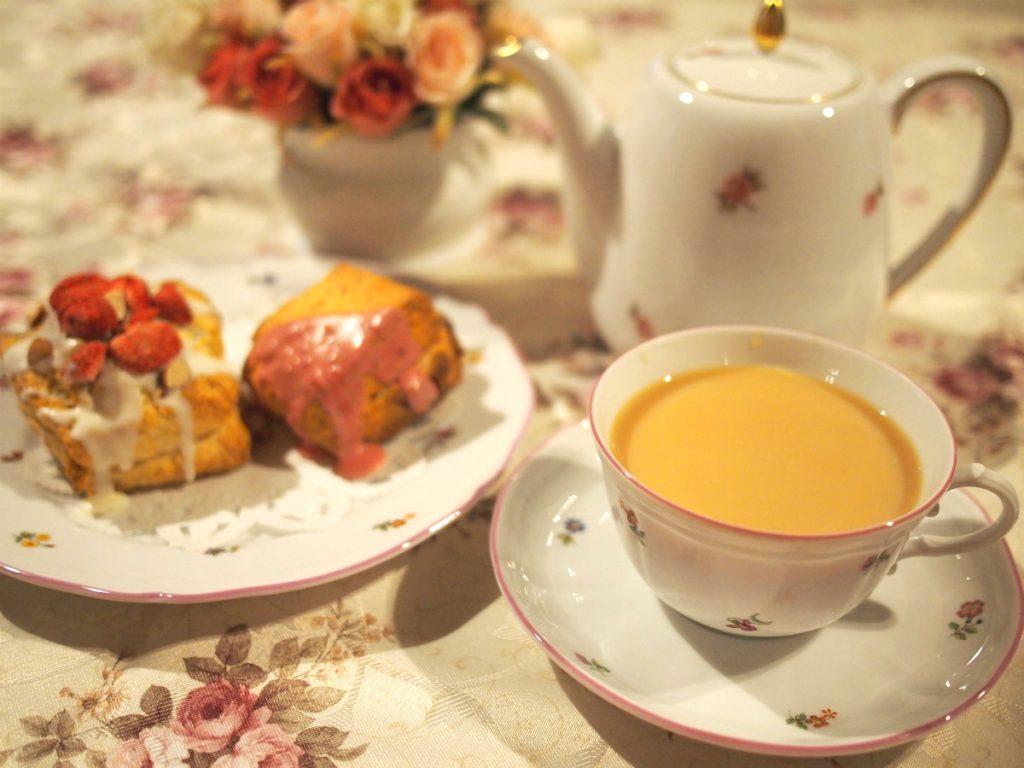ティーカップとプレートはジノリのミレーラ、ティーポットは大倉陶園の小花シリーズ。