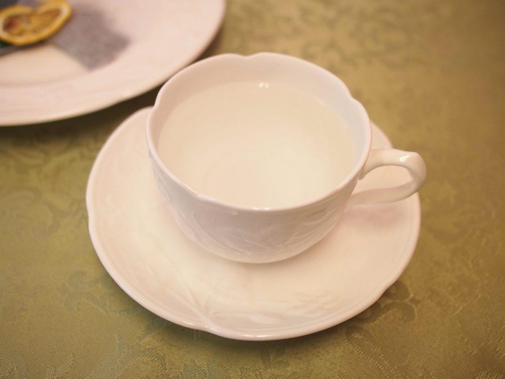 ②カップが温まったら、そのお湯を捨て、沸騰したてのお湯を新たにカップに入れます。