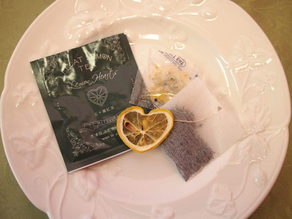 ティーバッグの袋の中身は紅茶とドライレモン、そして乾燥材も入っていました。
