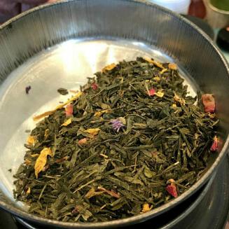 「テデュアマーム」 緑茶に青いナツメヤシ、オレンジの花、バラを加えストロベリーのフレーバーを付けた紅茶。フランス人に人気のフレーバーティーです。