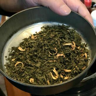 「テデザリゼ」 白桃とキーウィのフレーバーを付けた緑茶ベースのフレーバーティー。 水出し冷茶におすすめのお茶です。