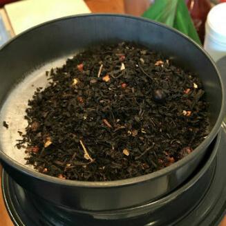 「キャトル フリュイ ルージュ」 ストロベリー、カシス、フランボアーズ、チェリーのフレーバを付けた濃密で甘ずっぱい香りの紅茶。