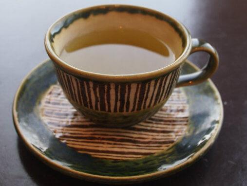 ティーカップは和っぽい陶器。